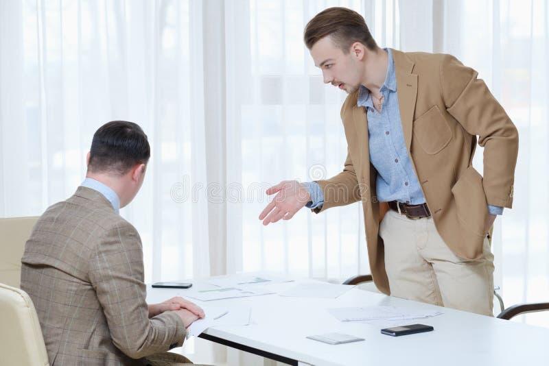 Conversación del trabajador del jefe de la comunicación empresarial foto de archivo