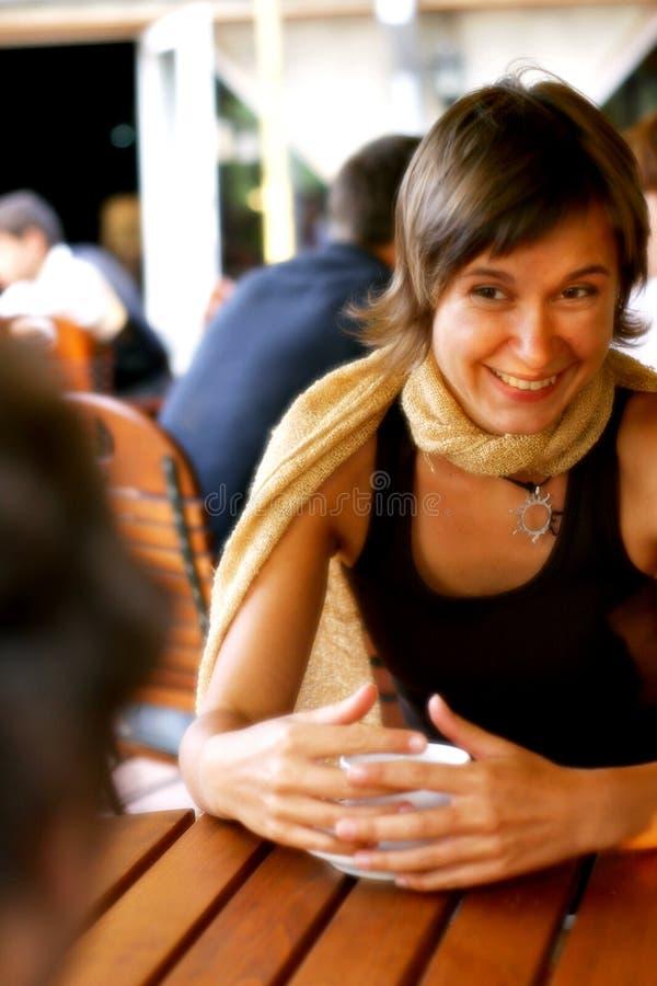 Conversación feliz en el café imágenes de archivo libres de regalías