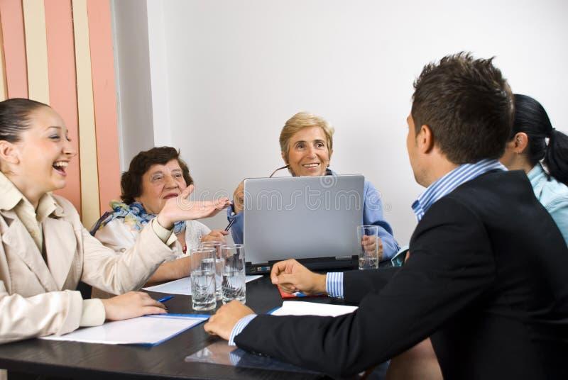 Conversación feliz en la reunión de negocios foto de archivo libre de regalías