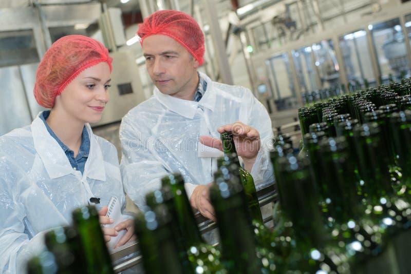 Conversación sobre las botellas de cristal imagen de archivo