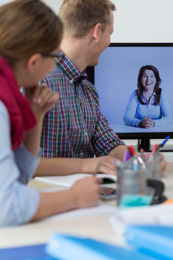 Conversación virtual en la oficina fotos de archivo libres de regalías