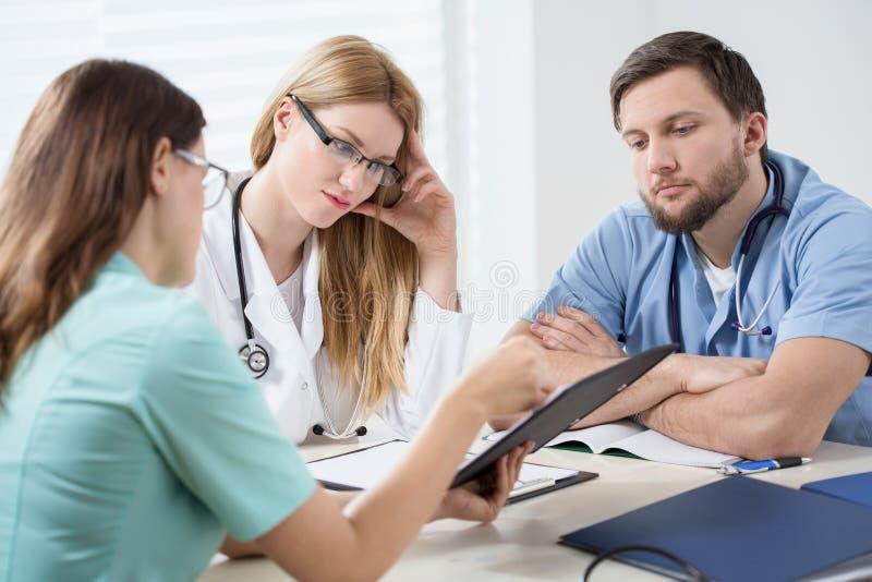 Conversation dans la chambre de médecins photographie stock