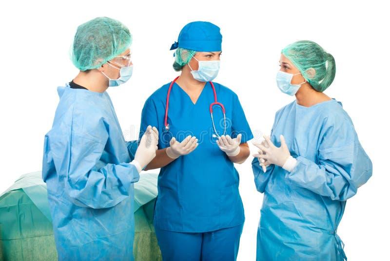Conversation de chirurgiens avant chirurgie images stock
