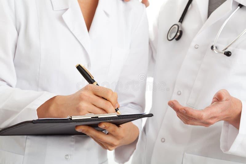 Conversation de deux médecins images stock