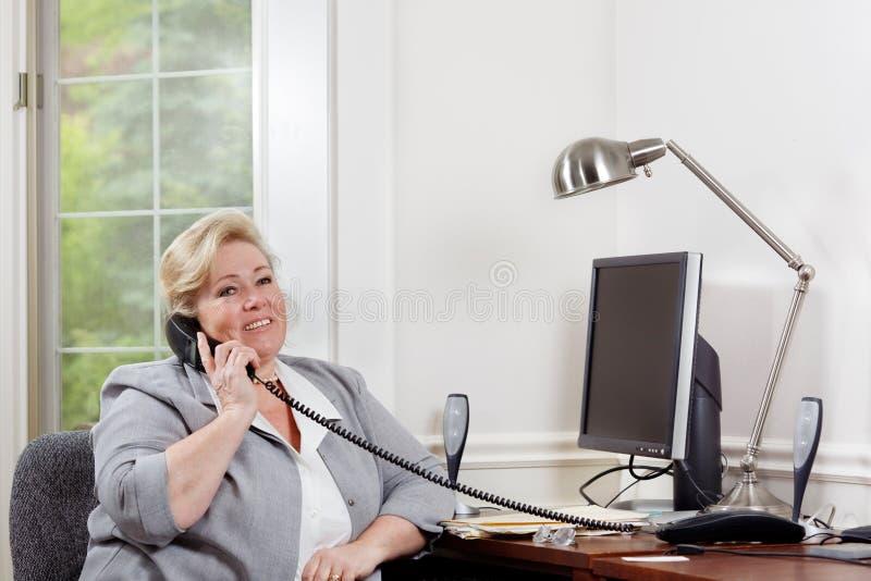 Conversation téléphonique de positif de femme photo stock