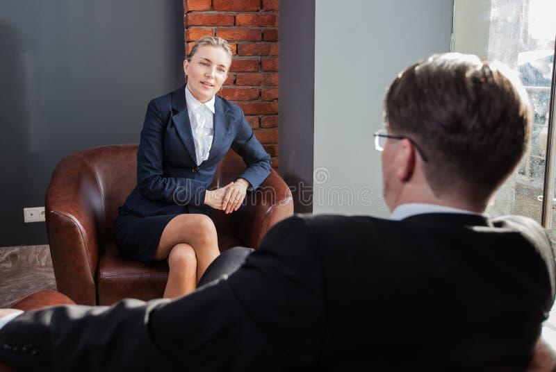 Conversations des hommes d'affaires images stock