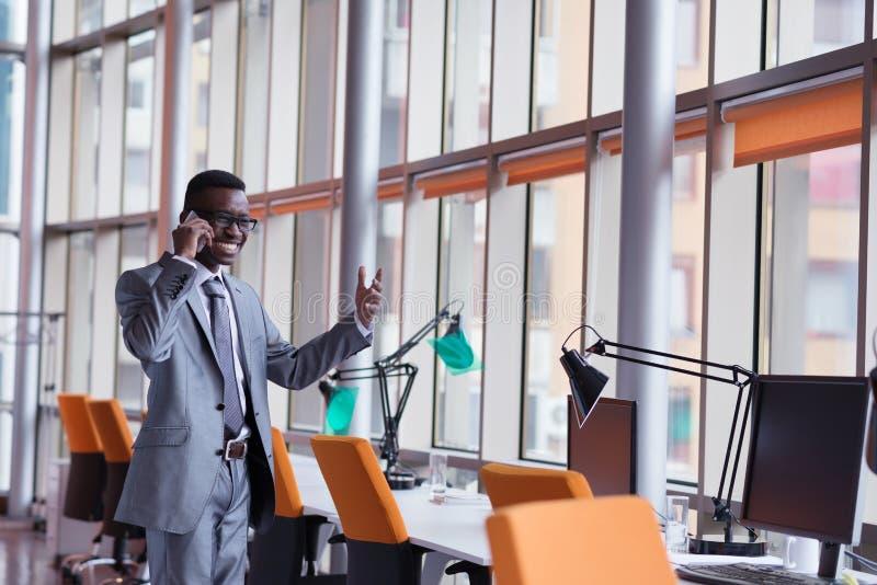 Conversazione afroamericana dell'uomo d'affari dal telefono immagine stock libera da diritti