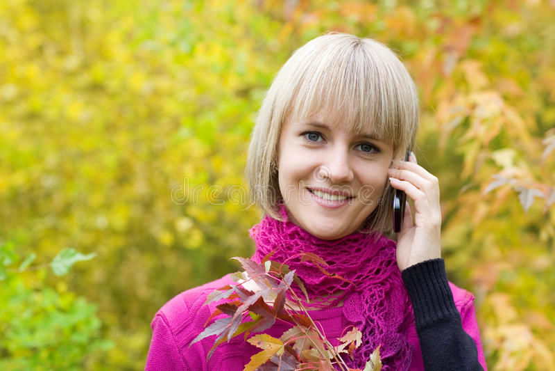 Conversazione bionda su un telefono delle cellule fotografia stock libera da diritti