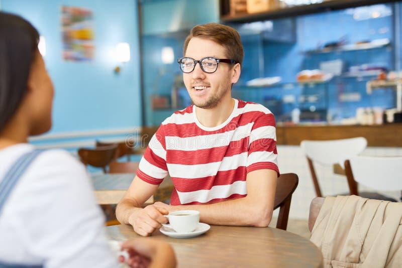 Conversazione in caffè fotografie stock