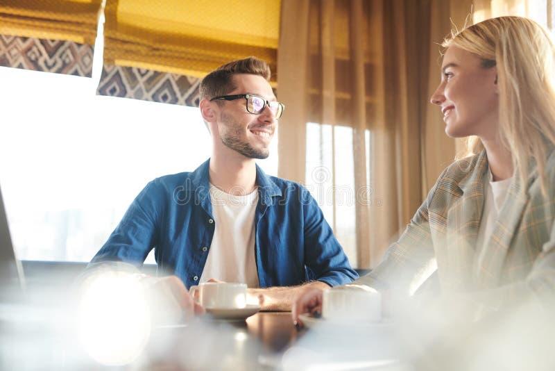Conversazione in caffè immagine stock