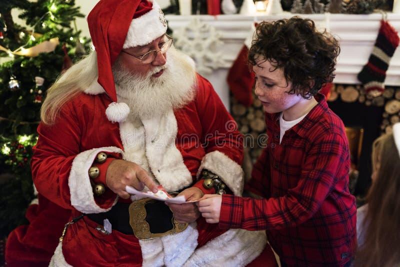 Conversazione del bambino e del Babbo Natale fotografia stock libera da diritti