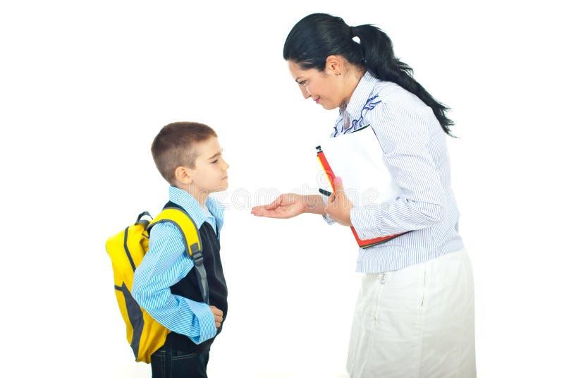 Conversazione del figlio e della madre prima del banco immagini stock libere da diritti