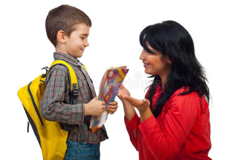 Conversazione del figlio e della madre in primo giorno del banco fotografie stock libere da diritti