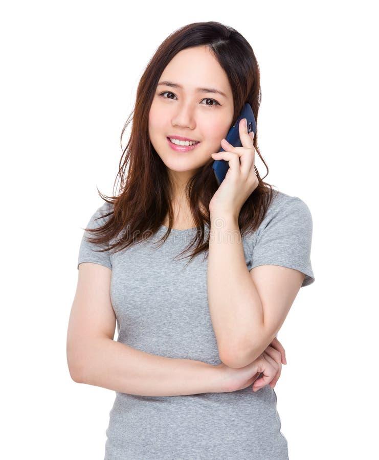 Download Conversazione Della Giovane Donna Al Cellulare Fotografia Stock - Immagine di felice, mobile: 55356546