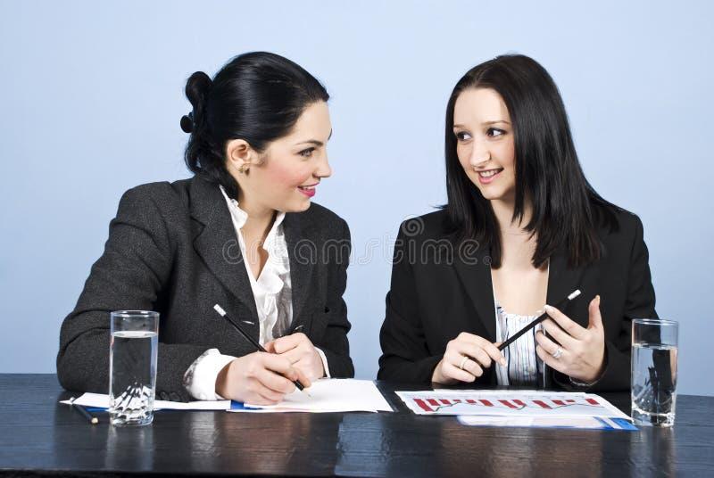 Conversazione delle donne di affari alla riunione fotografia stock