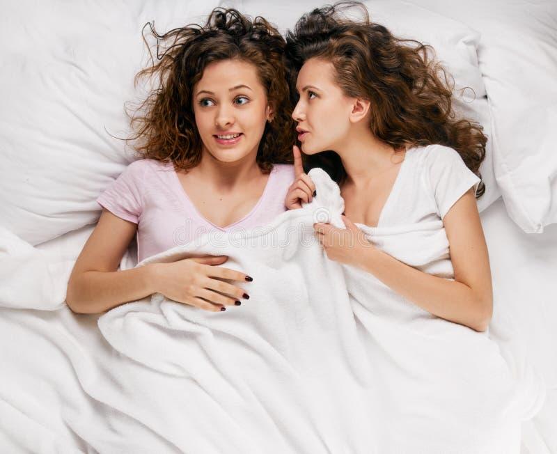 Conversazione delle donne a letto fotografia stock immagine di felice ragazza 69181910 - Donne porche a letto ...