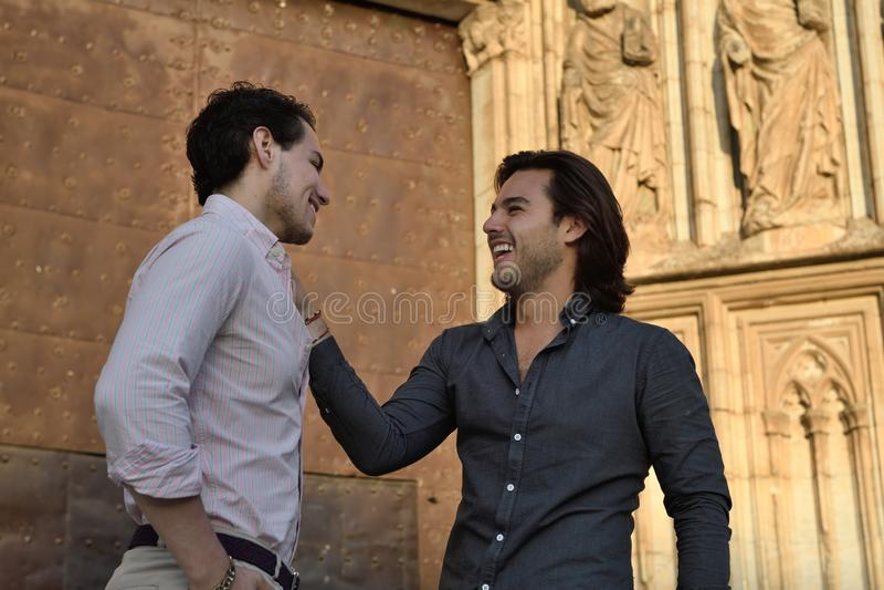 Conversazione gay felice delle coppie rilassata fotografie stock libere da diritti