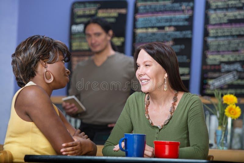 Conversazione graziosa delle donne immagine stock libera da diritti