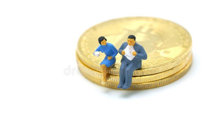 Conversazione miniatura degli uomini d'affari della gente, caffè della sorsata sedendosi sulla moneta del pezzo dell'oro di anali immagine stock libera da diritti