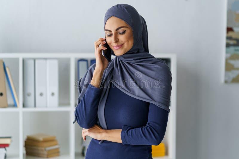 Conversazione musulmana dell'impiegato di concetto fotografia stock libera da diritti