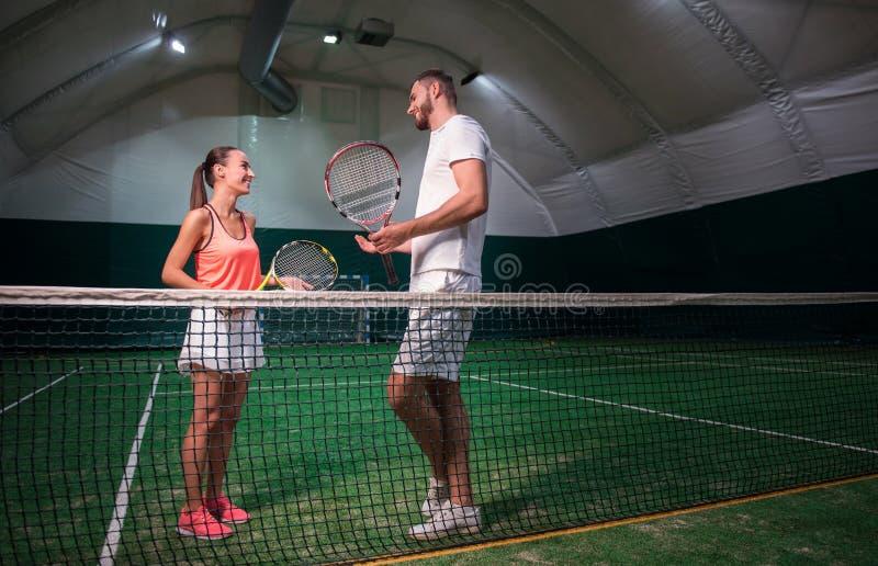 Conversazione sorridente positiva dei tennis del professioanl fotografia stock
