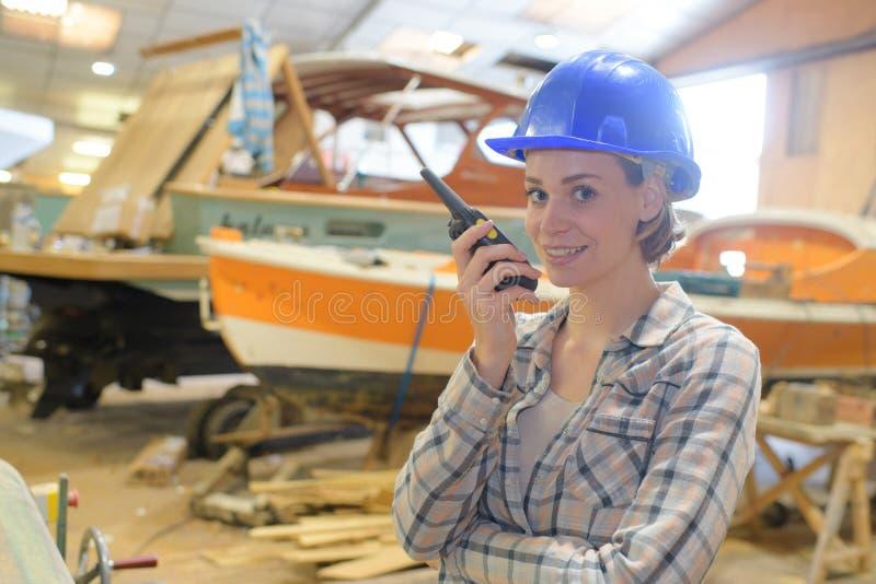 Conversazione sul walkie-talkie immagini stock