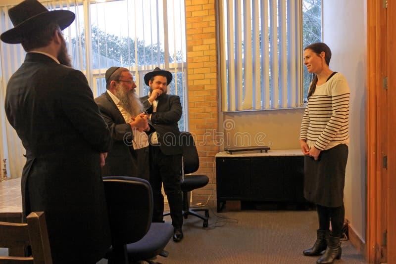 Conversión de la mujer al judaísmo del tribunal de justicia rabínico judío imagenes de archivo