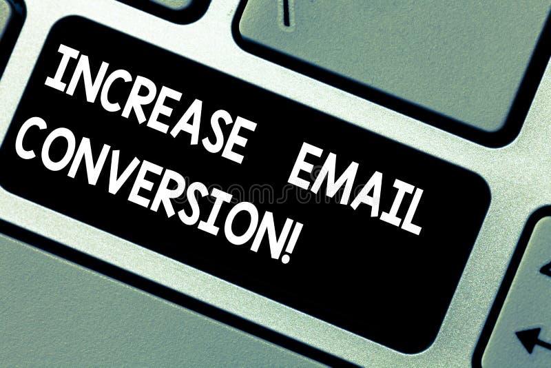 Conversione del email di aumento del testo della scrittura Concetto che significa azione che ha luogo sulla vostra chiave di tast illustrazione vettoriale