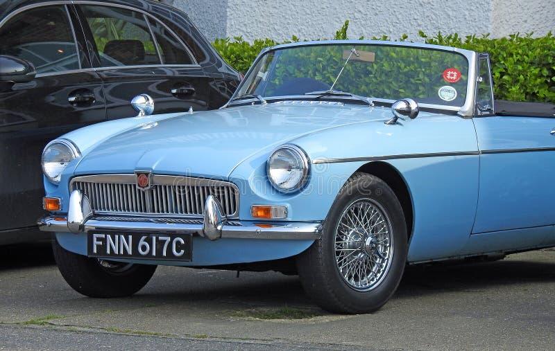 Convertível clássico do veículo do carro do magnésio do vintage estacionado fotos de stock royalty free