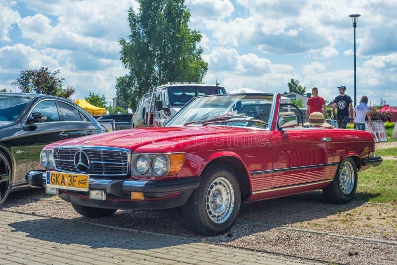 Convertível vermelho de Mercedes Benz do vintage clássico estacionado foto de stock