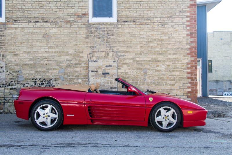 Convertibel Ferrari tegen een baksteengebouw stock afbeelding