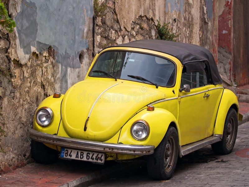 Convertibele Gele VW-Kever stock afbeeldingen