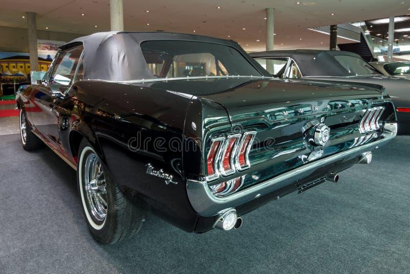 Convertible de Ford Mustang do carro de pônei, 1967 fotos de stock