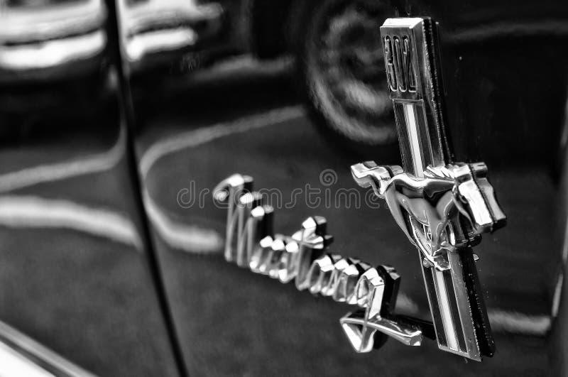 Convertible de Ford Mustang do emblema (preto e branco) foto de stock royalty free