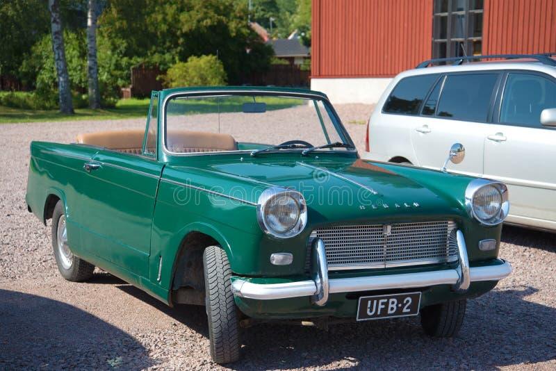 Convertible de Triumph Herald 1200 do carro do vintage nas ruas da cidade de Loviisa imagens de stock royalty free