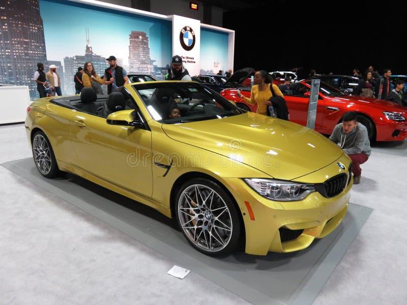 Convertible dourado do cupê de BMW imagens de stock royalty free