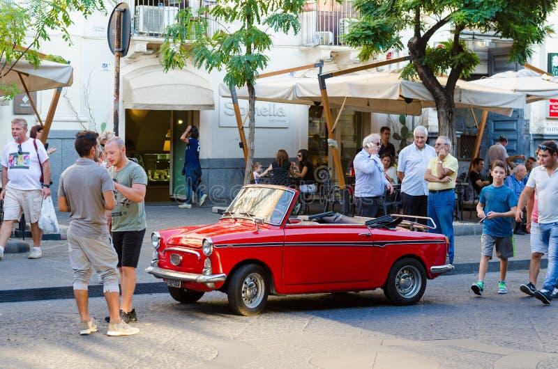 Convertible pequeno de Autobianchi Bianchina do carro do vintage em Catania, Itália foto de stock