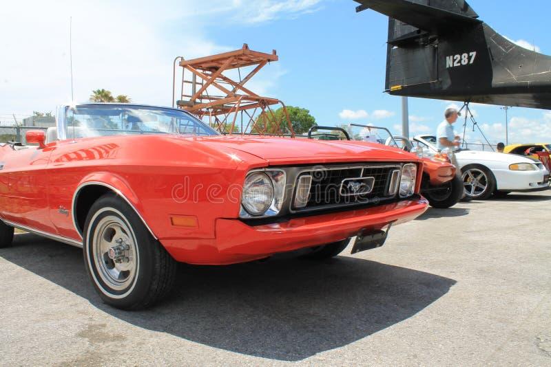 Convertible velho vermelho de Ford Mustang foto de stock royalty free