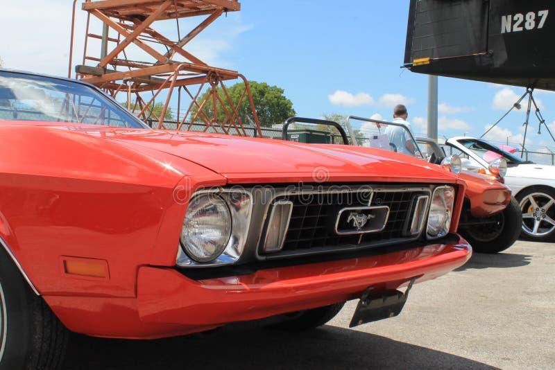 Convertible velho vermelho de Ford Mustang fotos de stock royalty free