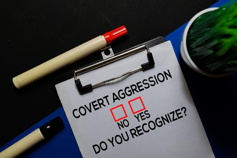 Convertir l'agression, Est-Ce Que Vous Reconnaissez? Oui ou Non En arrière-plan du bureau photographie stock libre de droits