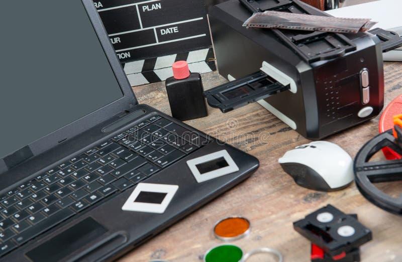 Convertir la vieja diapositiva de película a digital de 35m m con el ordenador portátil fotografía de archivo libre de regalías