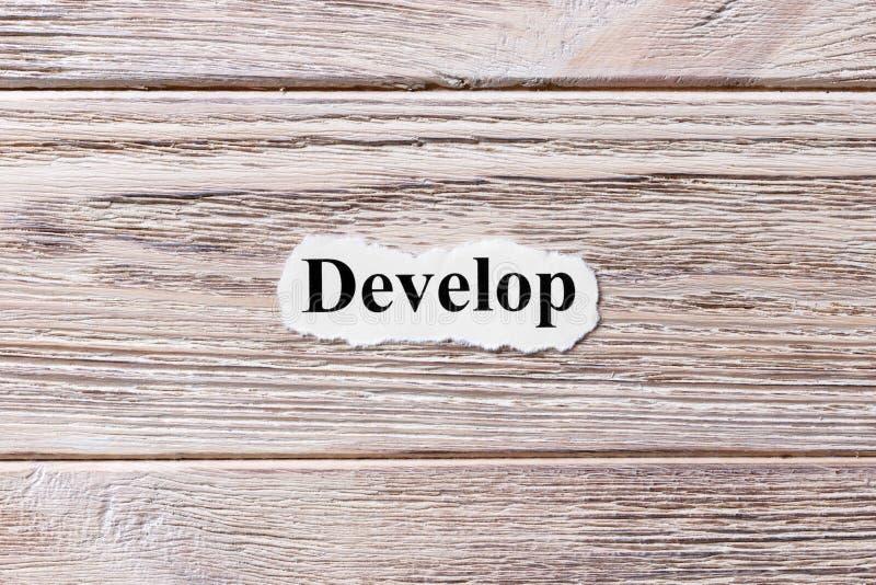 Conviértase de la palabra en el papel Concepto Palabras Develop en un fondo de madera imagen de archivo