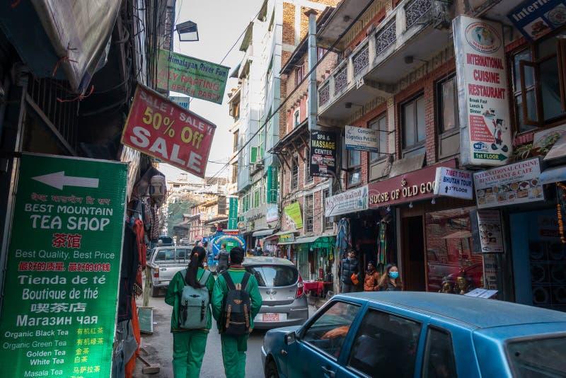 Convicção e azáfama nas ruas movimentadas de Kathmandu, Nepal, como os locals e os turistas misturados nas ruas estreitas imagens de stock
