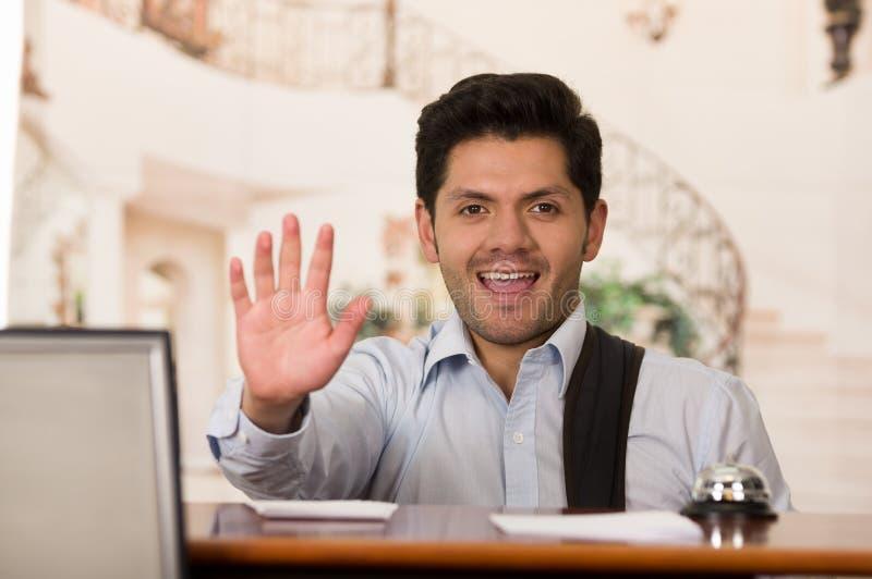 Convidado de sorriso feliz que espera o recepcionist, fundo do hotel fotos de stock