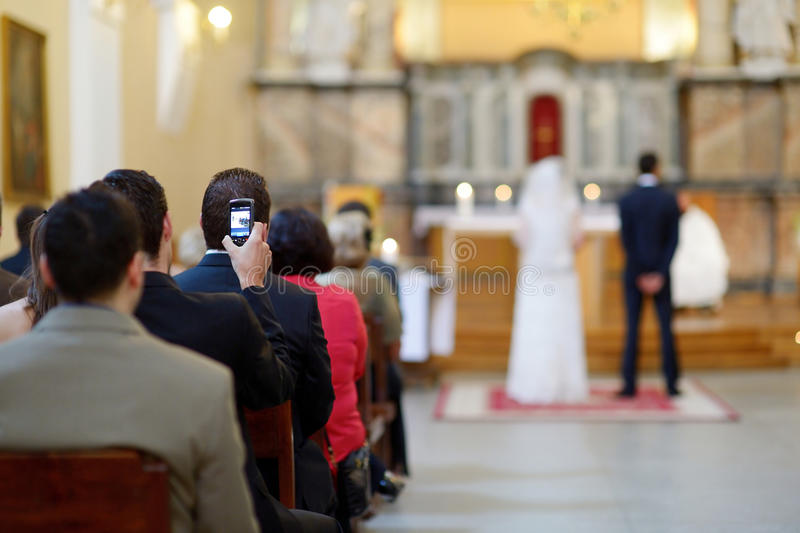 Convidado do casamento que toma fotos foto de stock