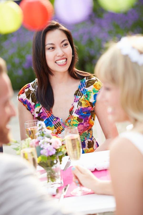 Convidado fêmea no copo de água imagem de stock royalty free