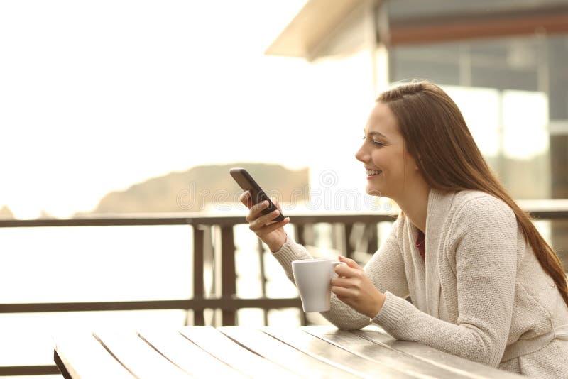 Convidado feliz do hotel que usa um telefone esperto fora fotografia de stock