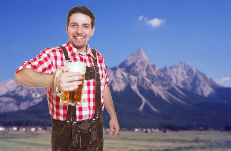 Convidado o mais oktoberfest bávaro de riso com calças e cerveja de couro foto de stock