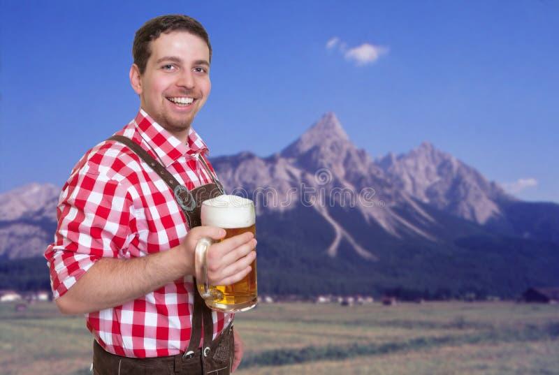 Convidado o mais oktoberfest bávaro feliz com calças e a caneca de cerveja de couro imagens de stock