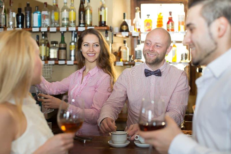Convidados divertidos do barman foto de stock